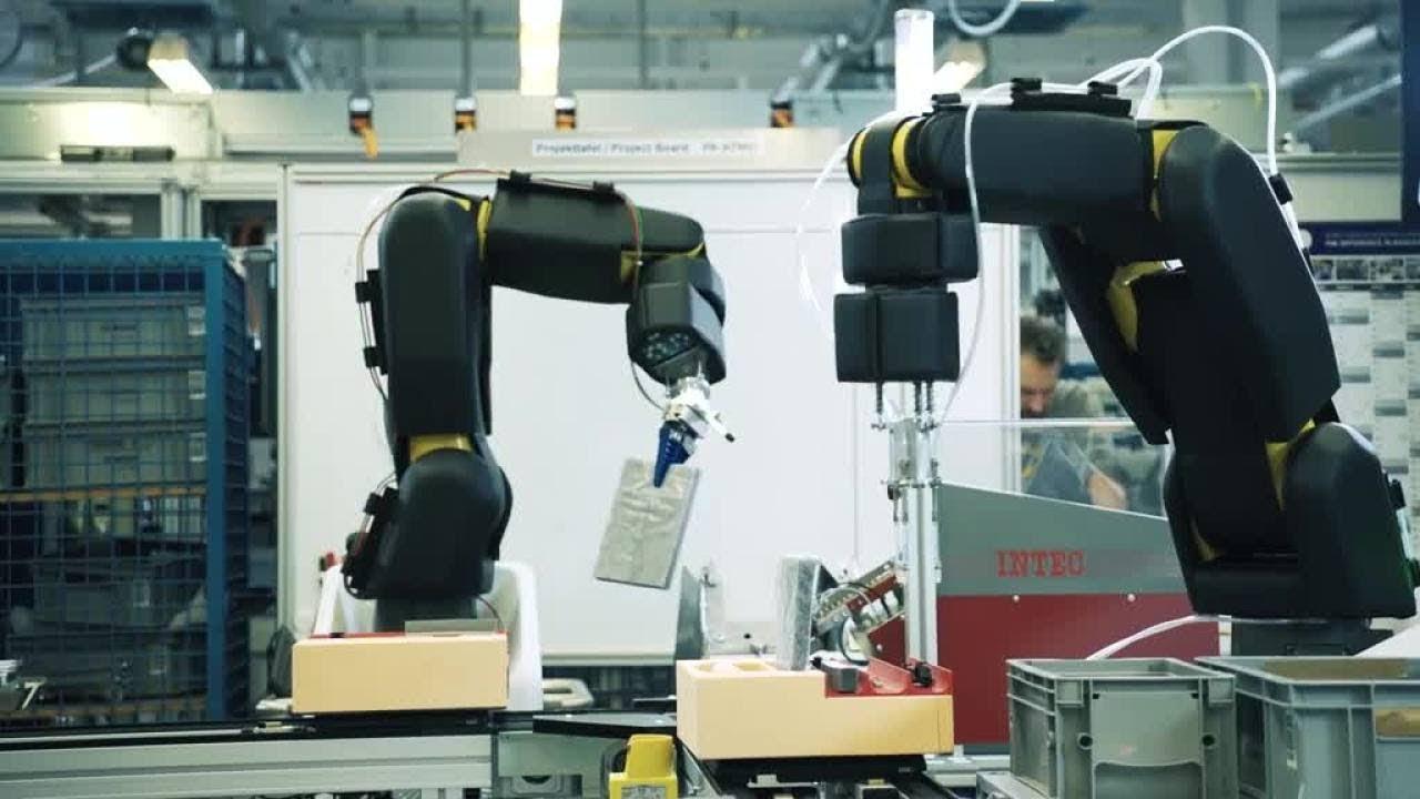 APAS Assistant: il braccio robotico in pelle che collabora con l'operatore thumbnail