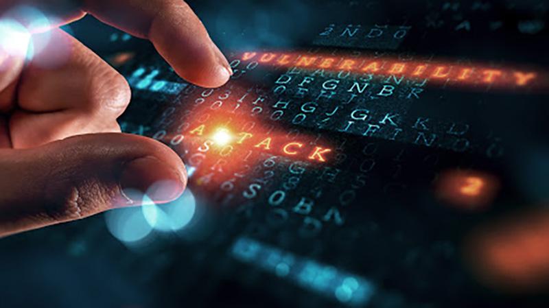 digitare su tastiera elettronica con scritte vulnerabilità e attacco
