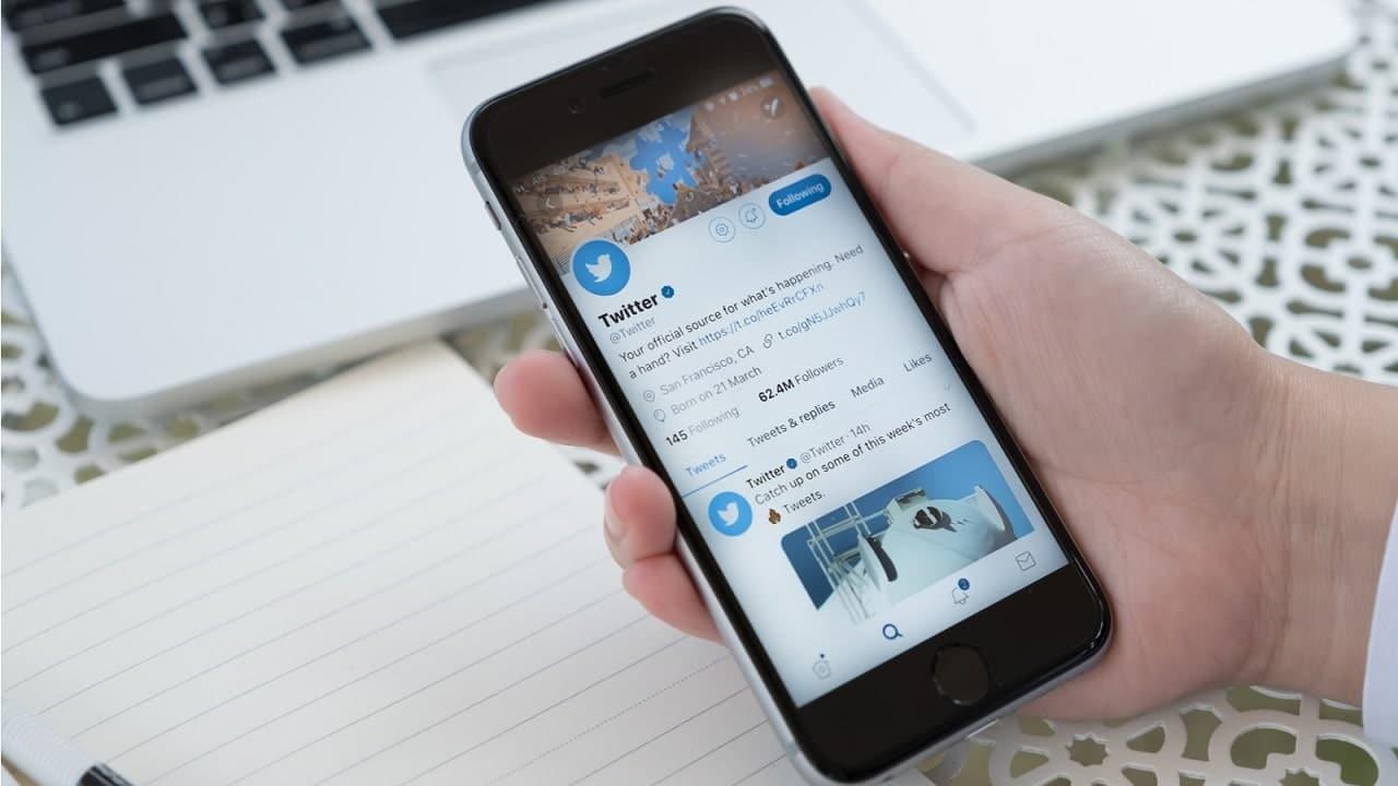 Cos'è Twitter Blue, la probabile versione a pagamento di Twitter thumbnail