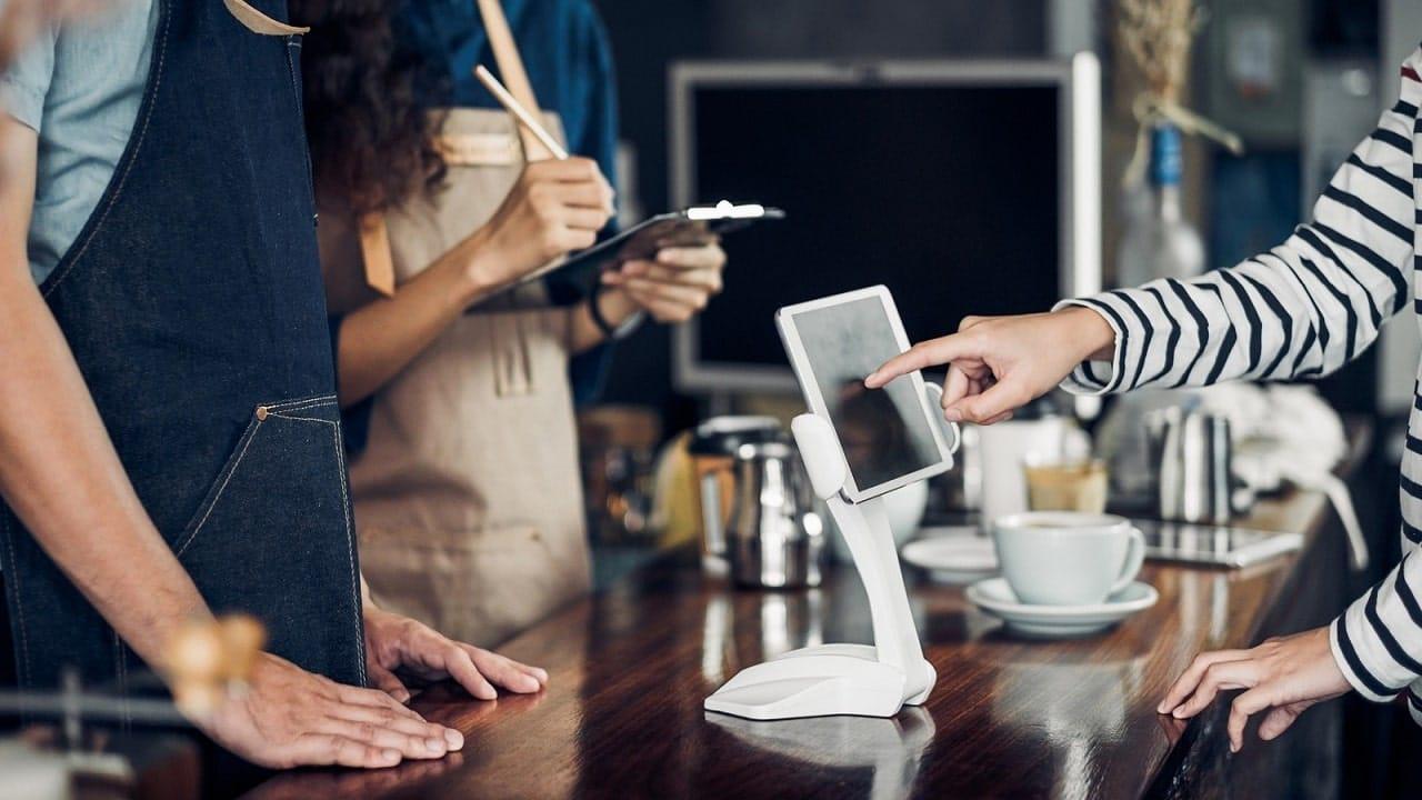 Fra e-commerce e negozio: Salesforce spiega come evolve il retail thumbnail